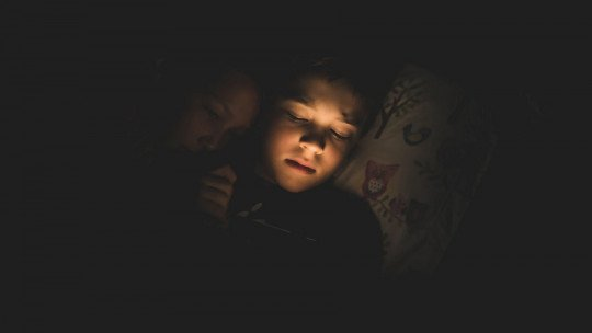 My son is afraid to sleep alone: what to do?