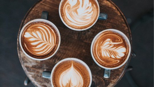 The 17 types of coffee (and their characteristics and benefits)